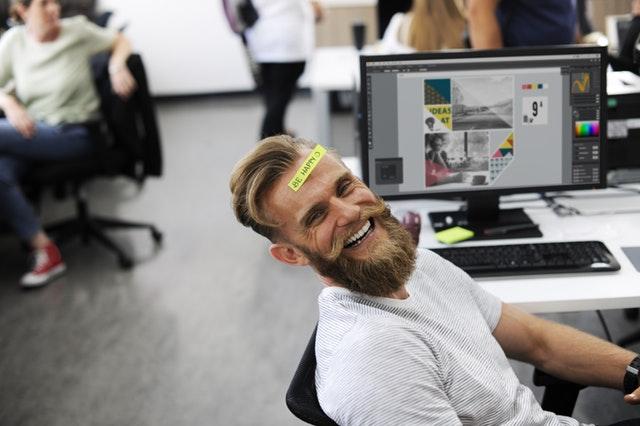 férfi vicceskedik az irodában