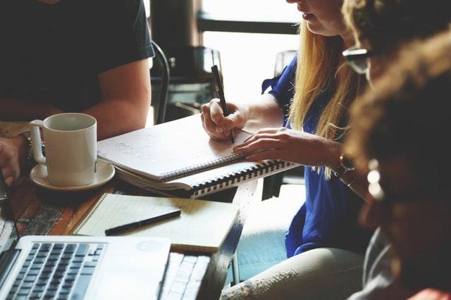 diákok tanulnak egy asztal körül