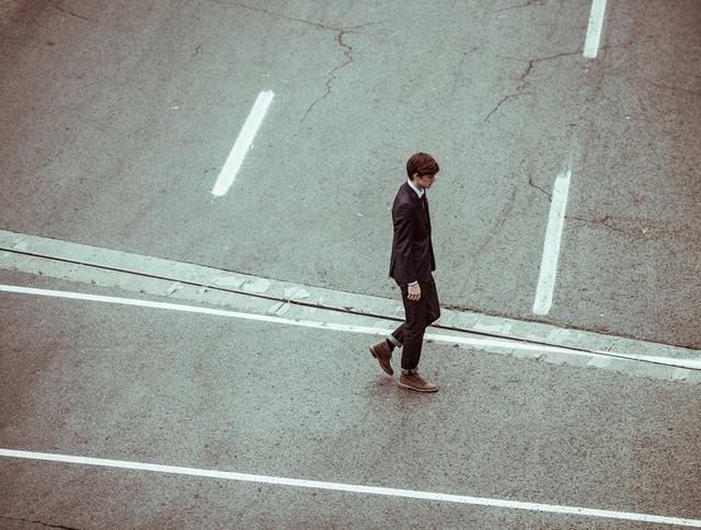 fiatal férfi sétál