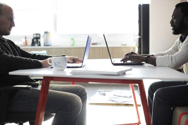két férfi laptopon dolgozik