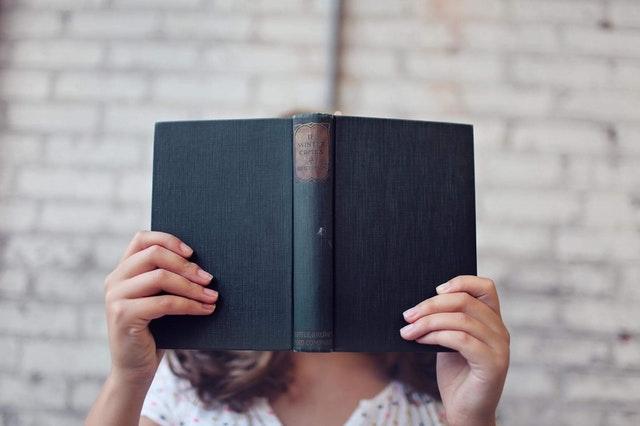 lány a kezében könyvvel