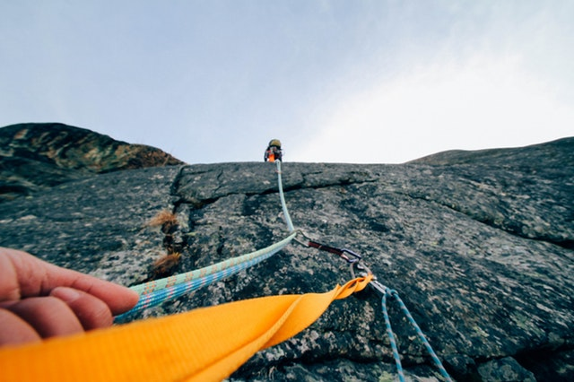 sziklamászó kötéllel segíti a másikat