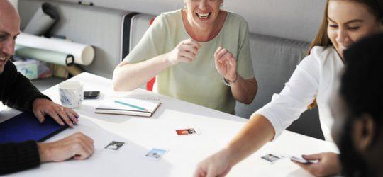 család felnőtt gyerekekkel egy asztal körül