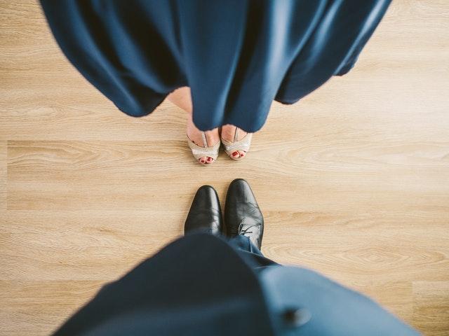férfi és női lábak egymással szemben