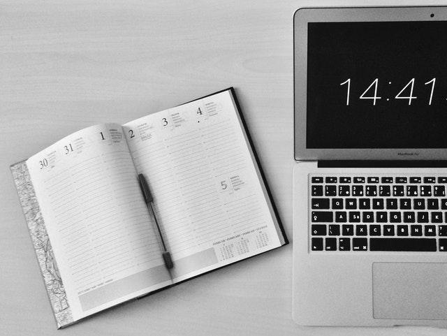 naptár és óra egy asztalon