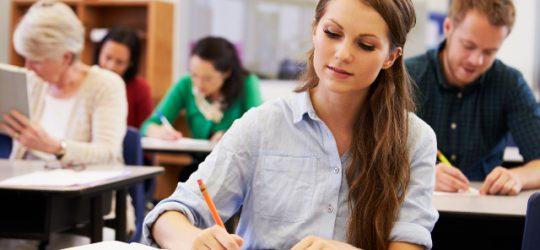 diáklány egyetemi órán