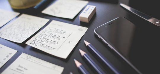 jegyzetek egy asztalon