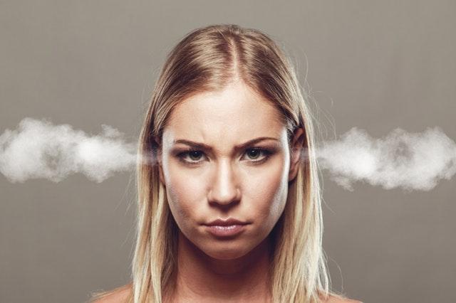 dühös nő arcképe