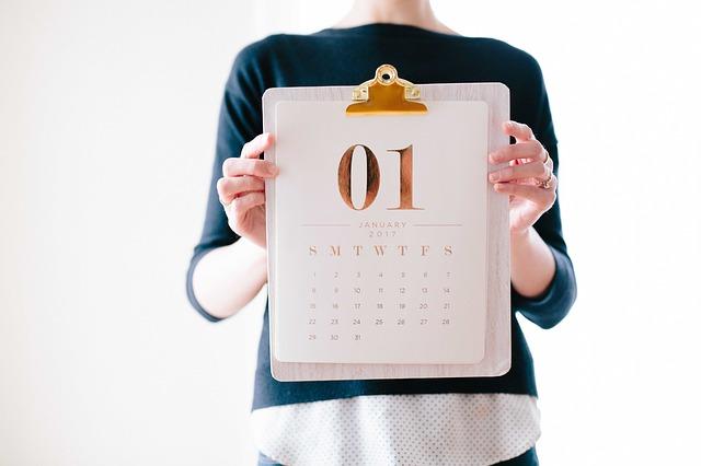 lány, kezében januári naptárlappal