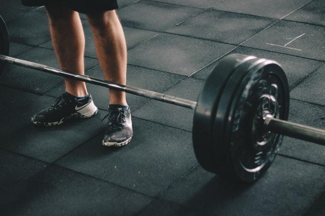 súlyemelő egy edzőteremben