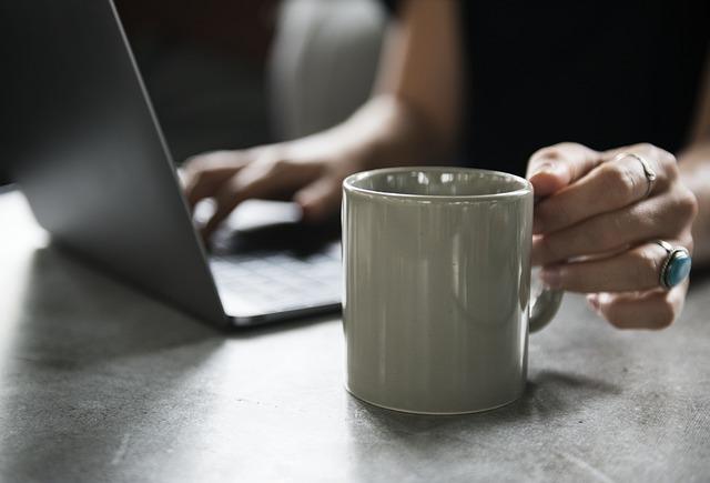 laptop és kávé