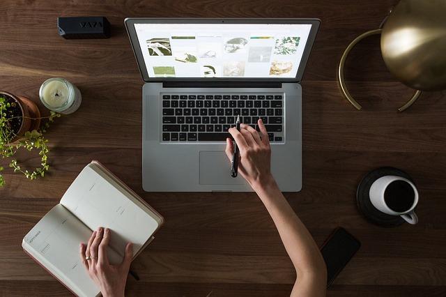 ember laptop előtt