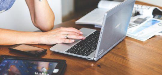 lány laptop előtt