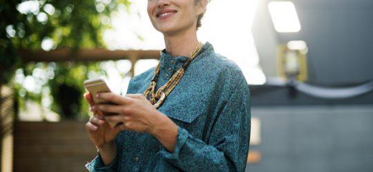fiatal nő mobiltelefonnal