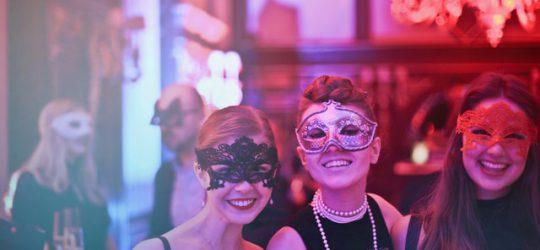nők álarcban egy partin