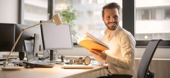 fiatal vállalkozó dolgozik