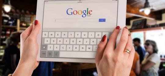 tablet kézben, Google logóval
