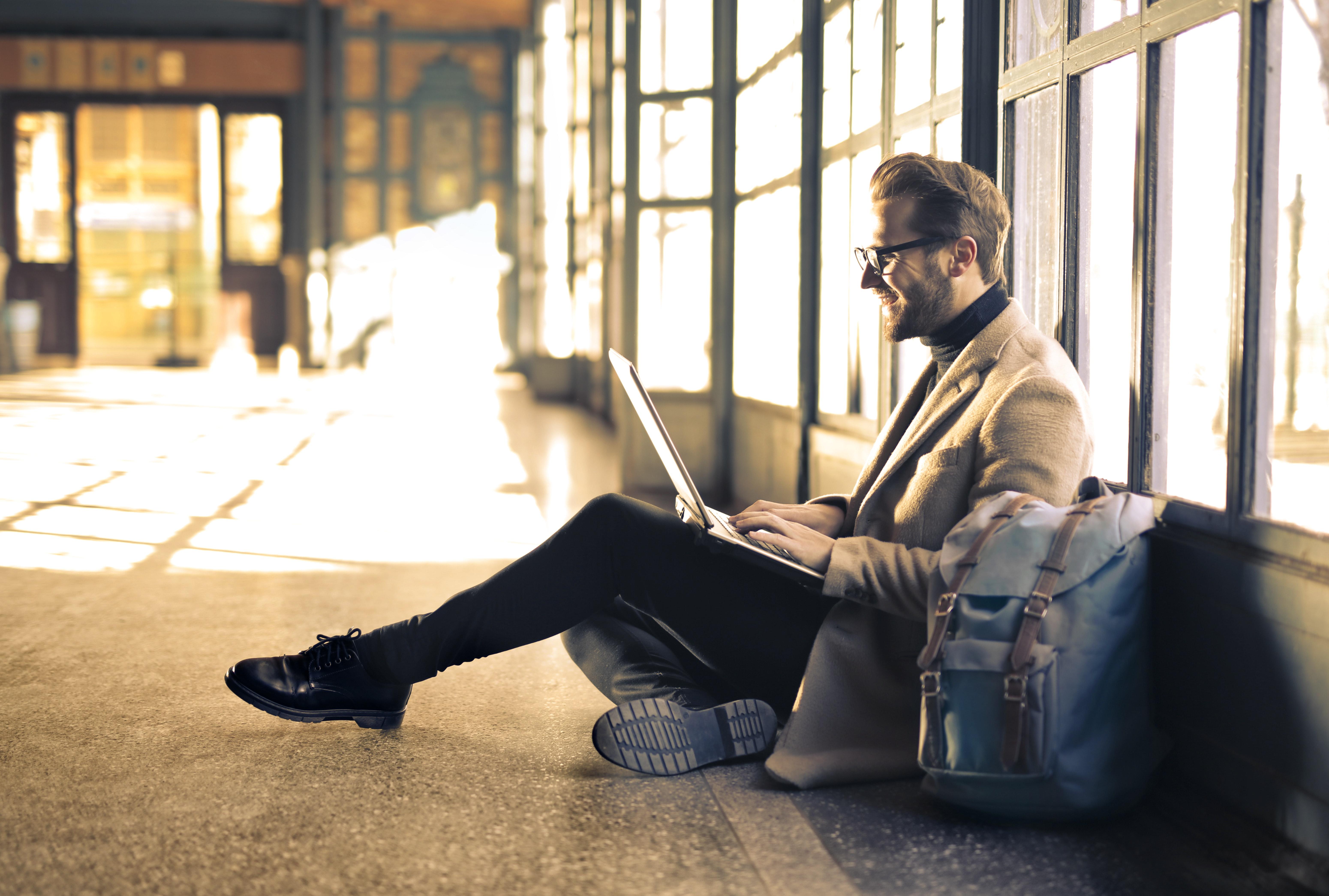 fiatal férfi laptoppal az ölében
