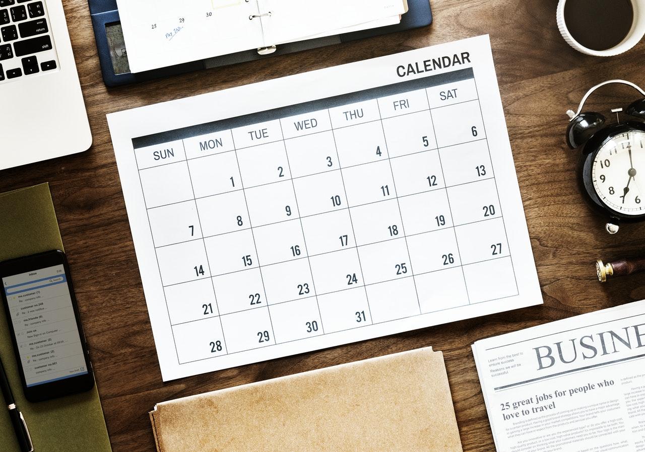 naptár asztalon