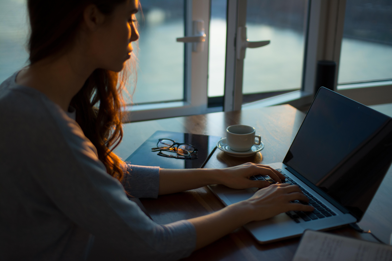 nő számítógép előtt hajnalban