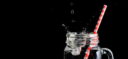 víz szívószállal