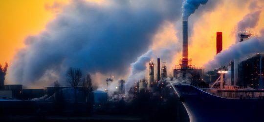 gyárkémények füstölnek