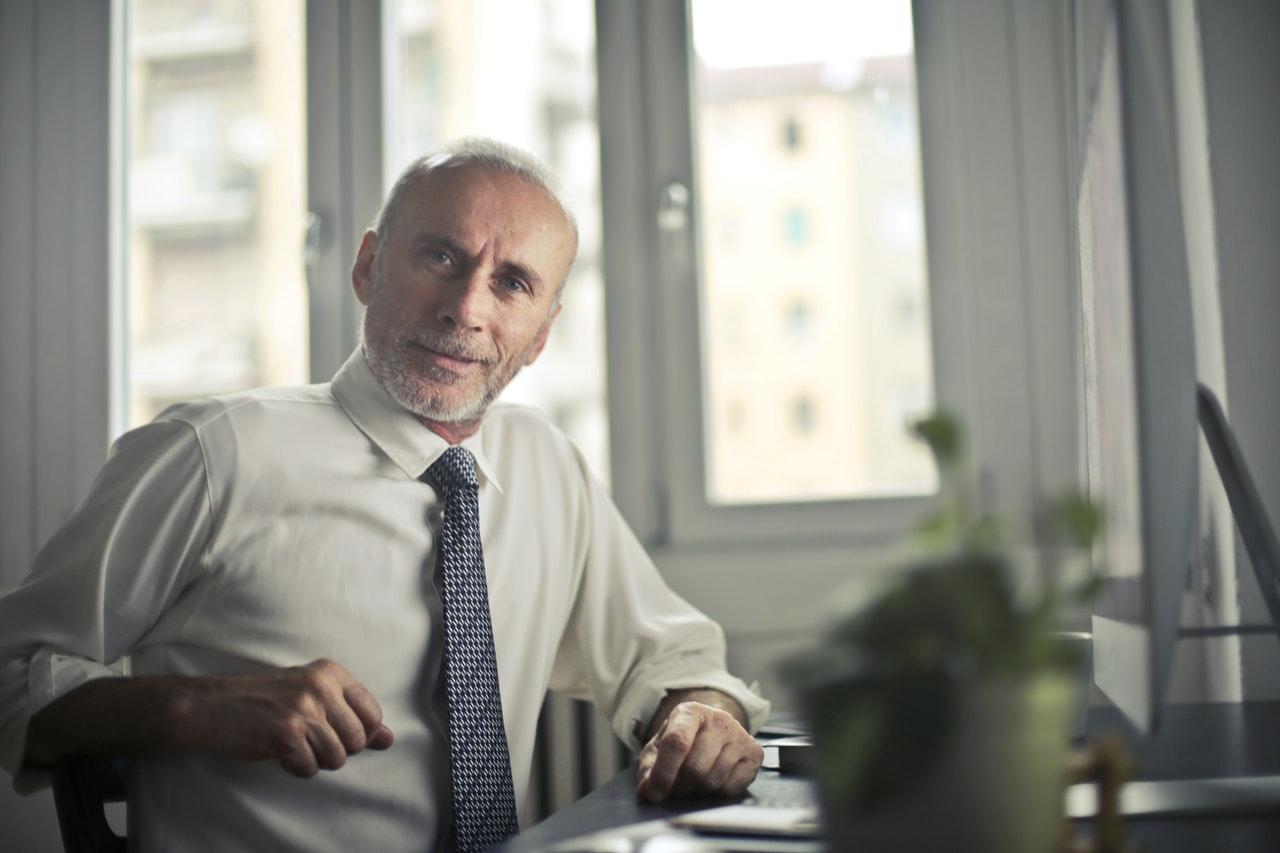 idősebb férfi figyel