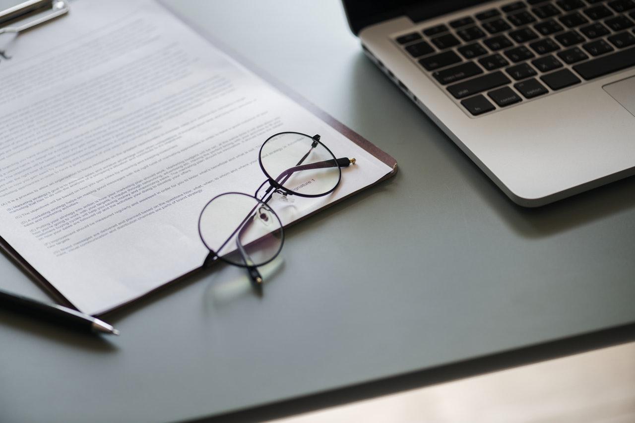 papírok, laptop, szemüveg