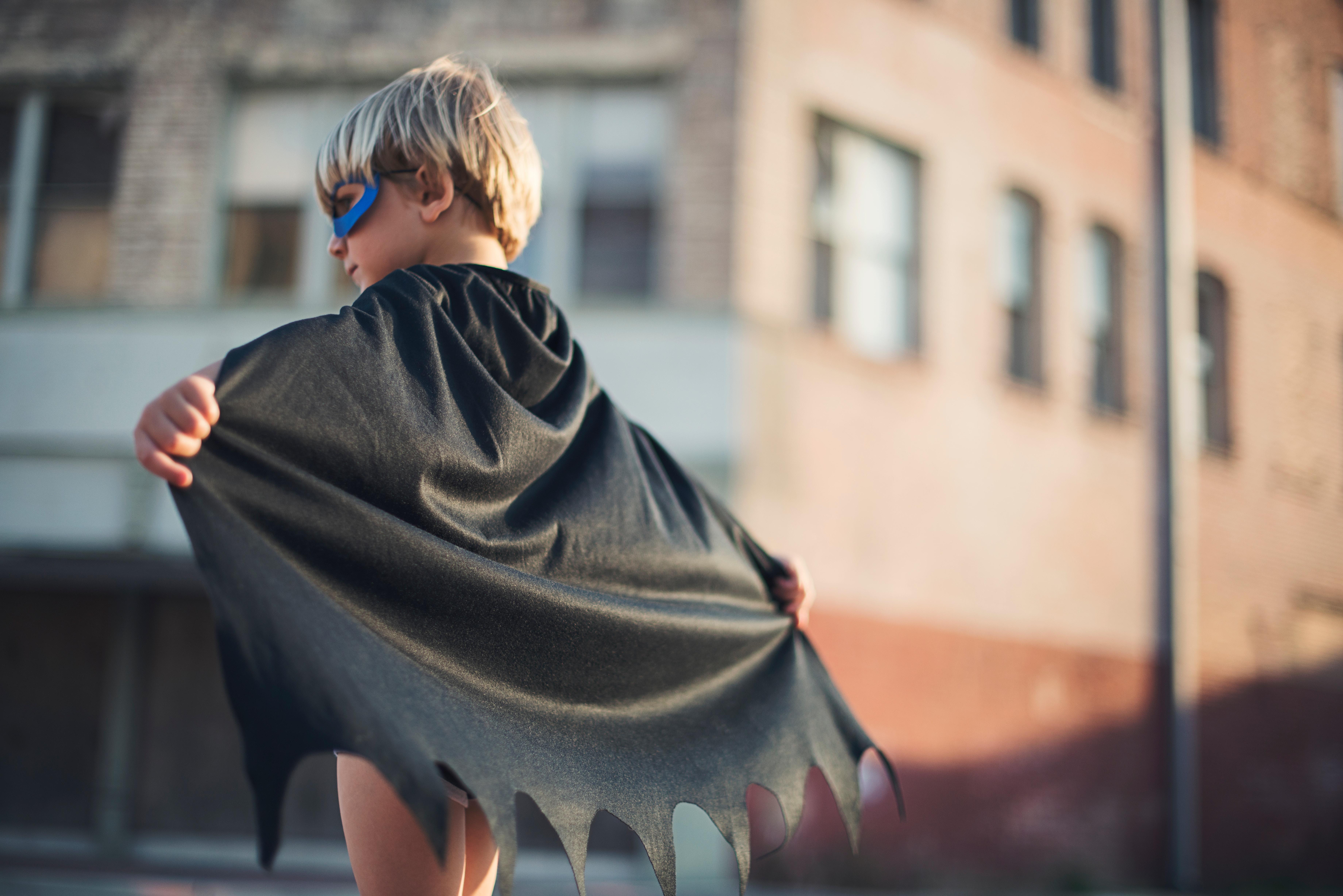 gyerek szuperhős jelmezben