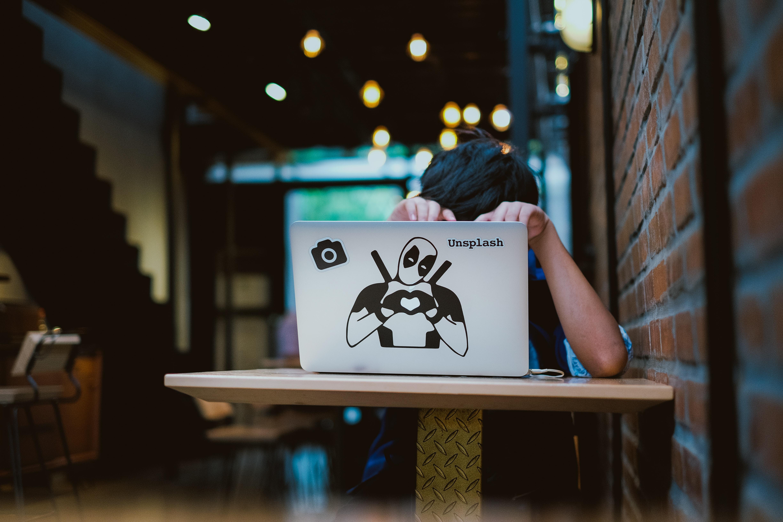 ember laptop mögött