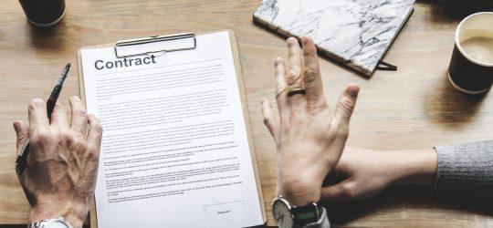 szerződés fölött magyarázó kezek