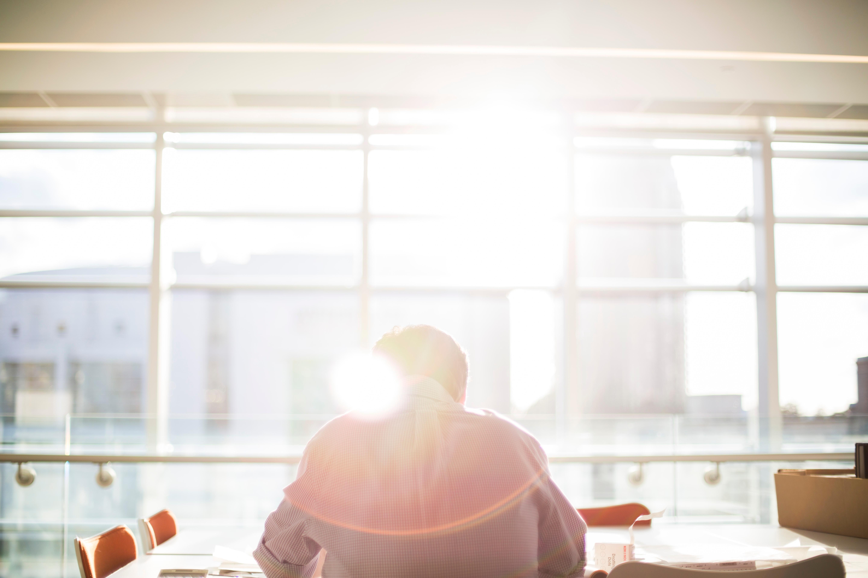 vállalkozó egyedül az ablakban