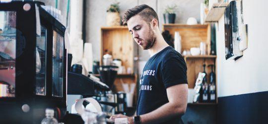kávézóban dolgozó fiatal