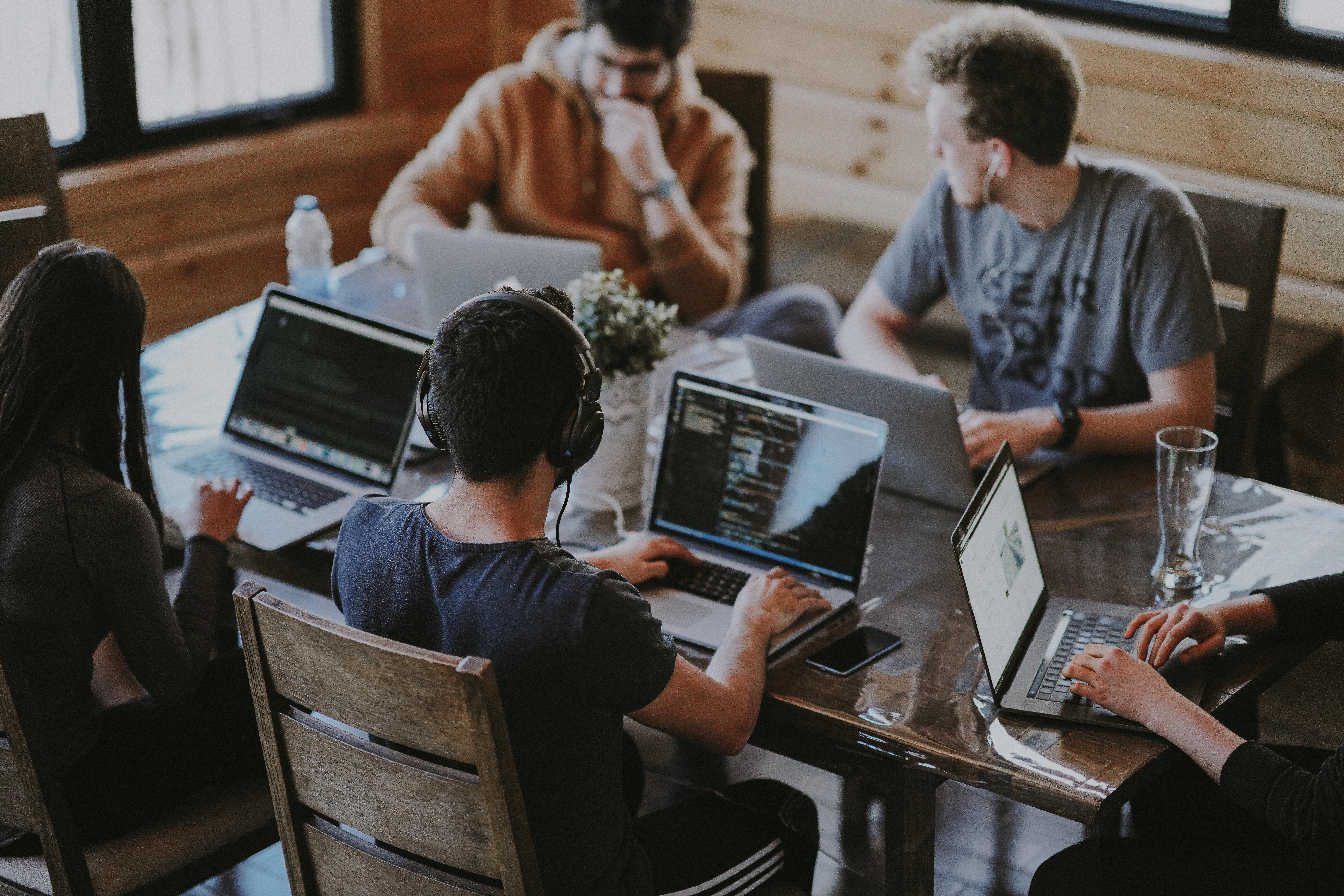 fiatal dolgozók egy asztal körül