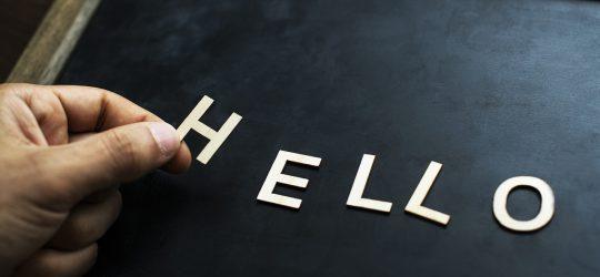 helló felirat táblán