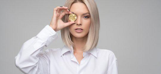 lány pénzérmével a szeme előtt