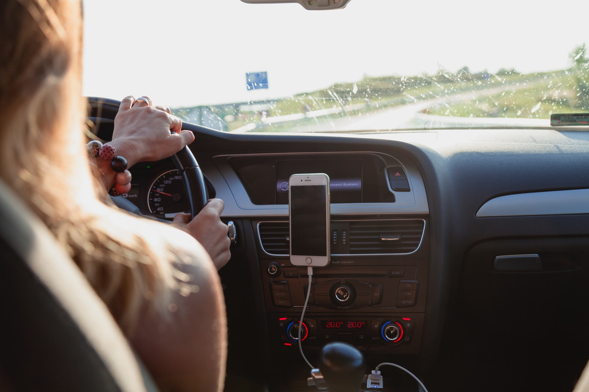 autót vezető lány