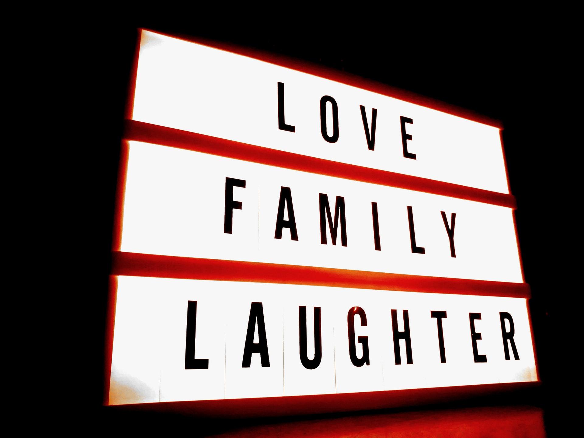 család, szeretet, nevetés tábla