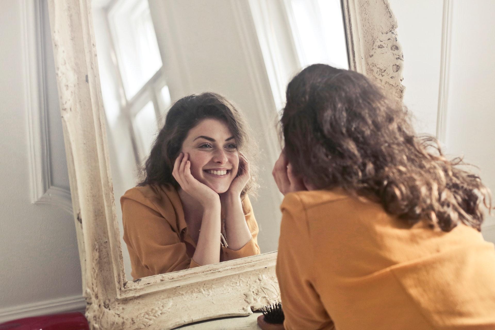 lány tükörben
