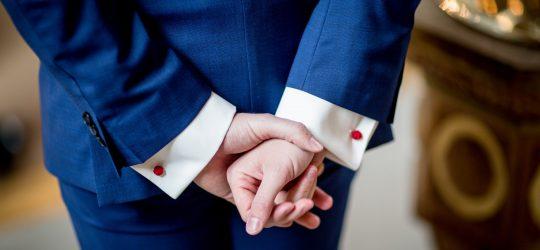 öltönyös kezek