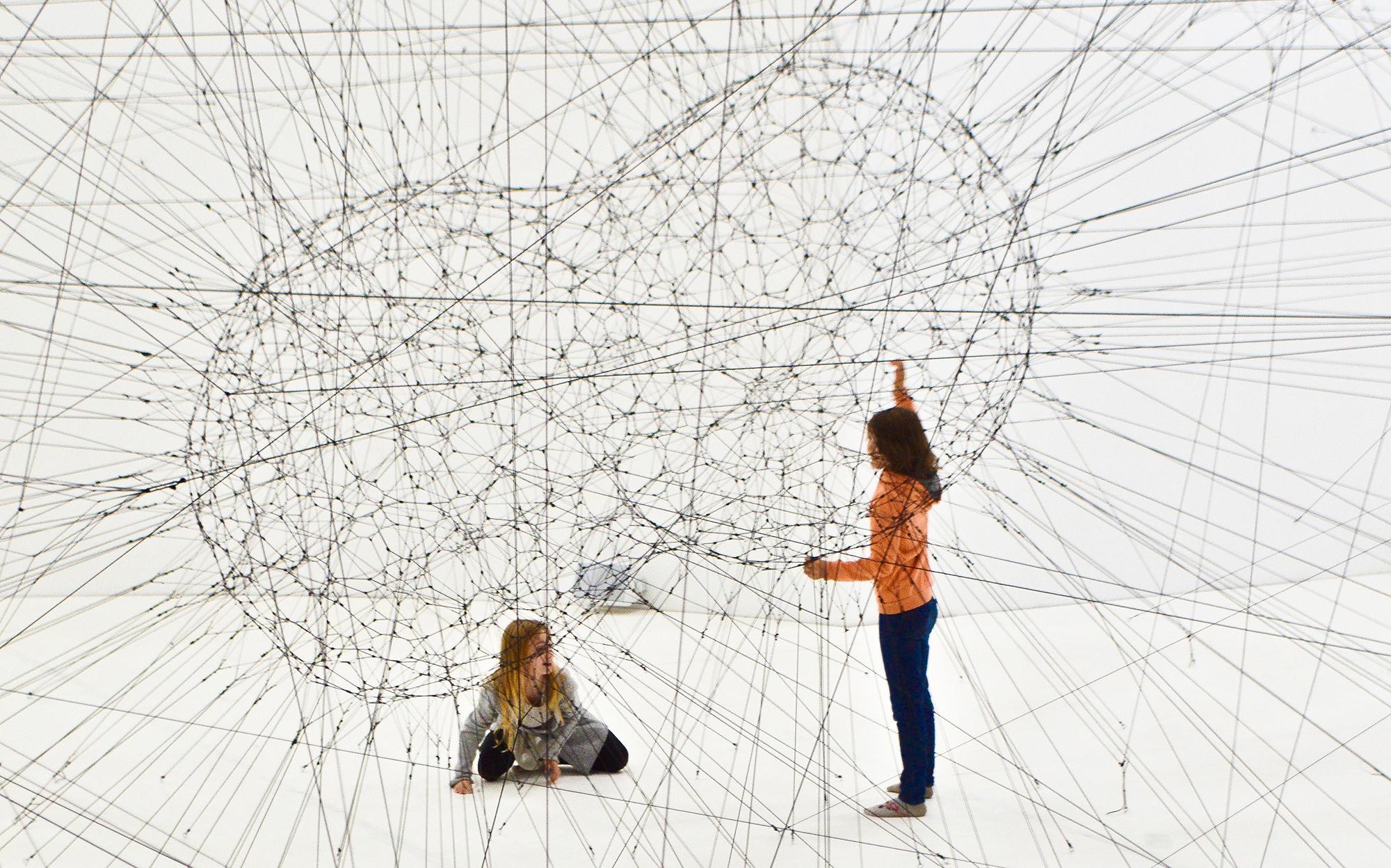 hálózatot nézegető kislányok