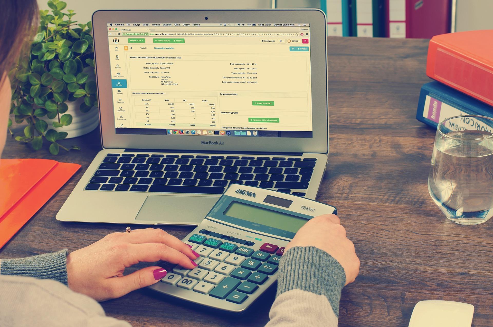 számológép és laptop