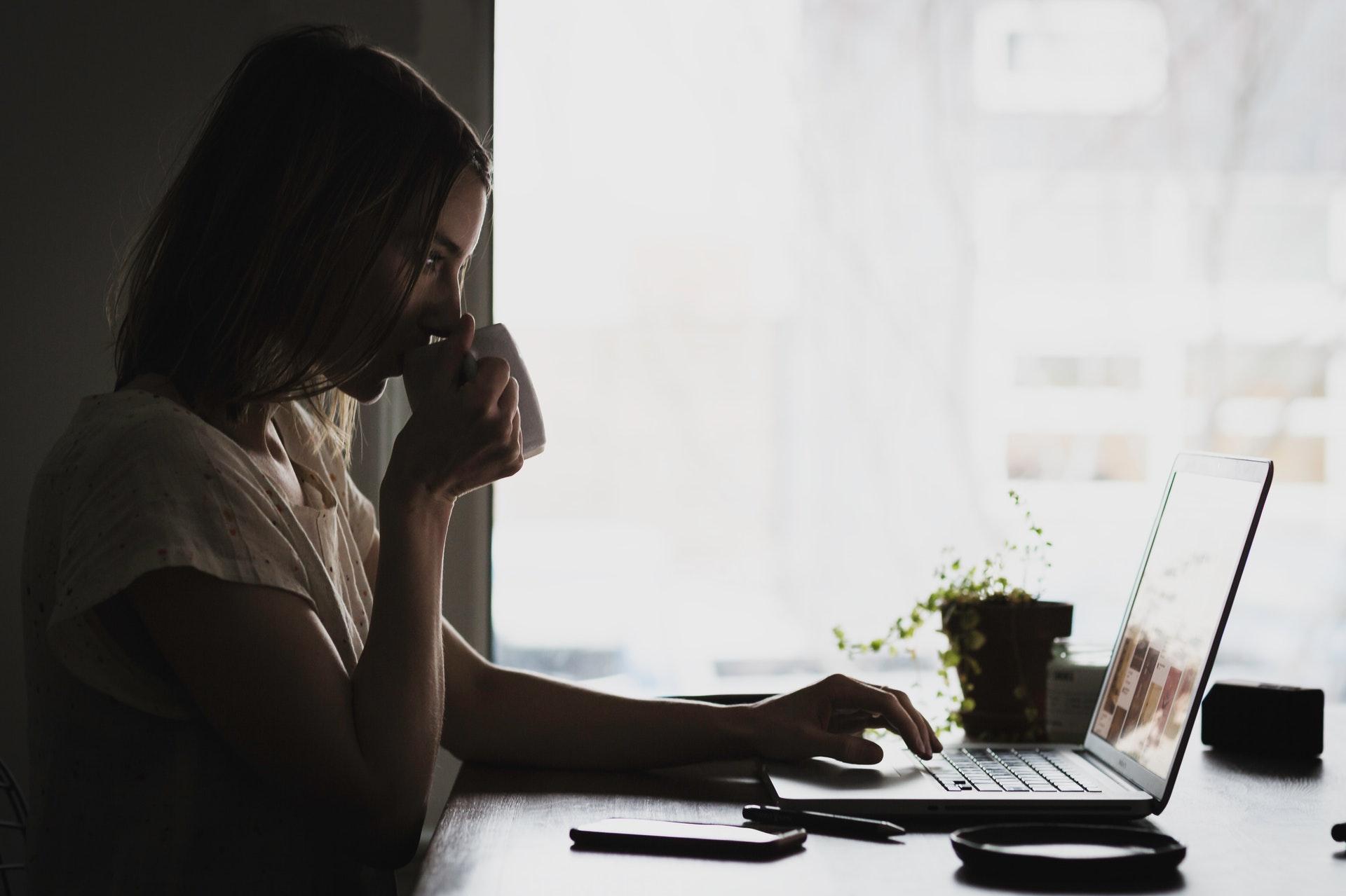nő laptopnál dolgozik