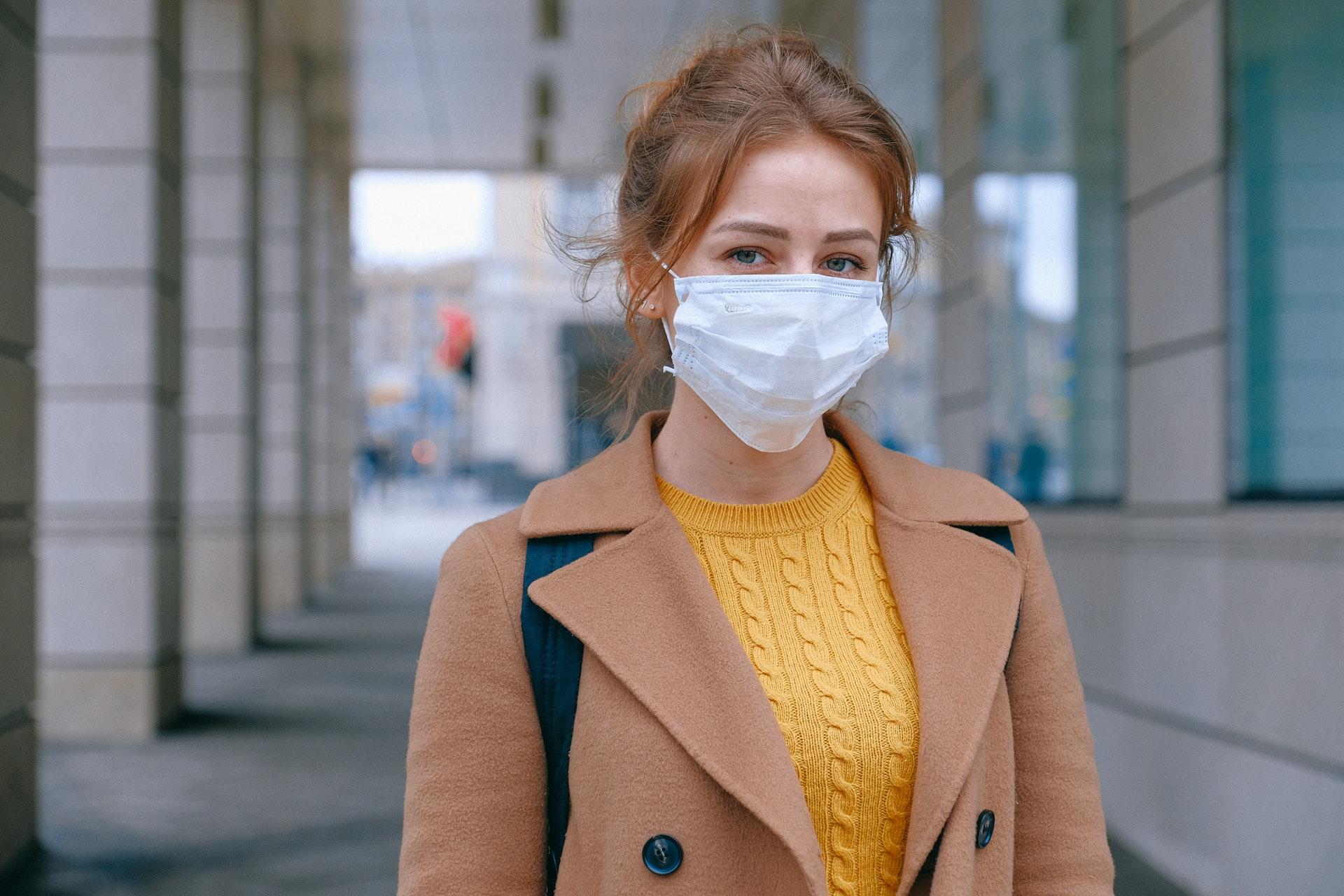 nő egészségügyi maszkban