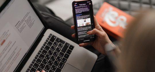 laptop és telefon kézben